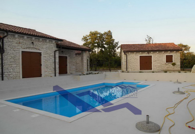 Vila sa bazenom, blizina Tinjana.