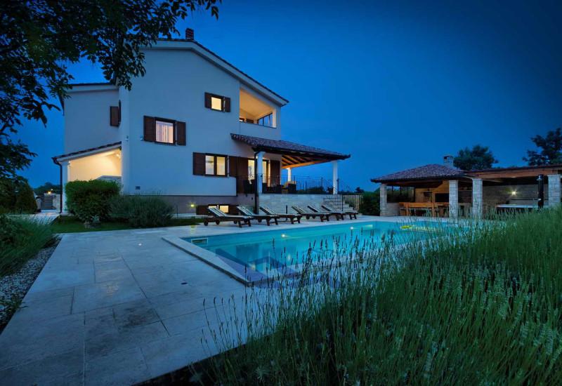Kuća – vila udaljena cca 17 km od Pule (Op. Svetvinčenat).