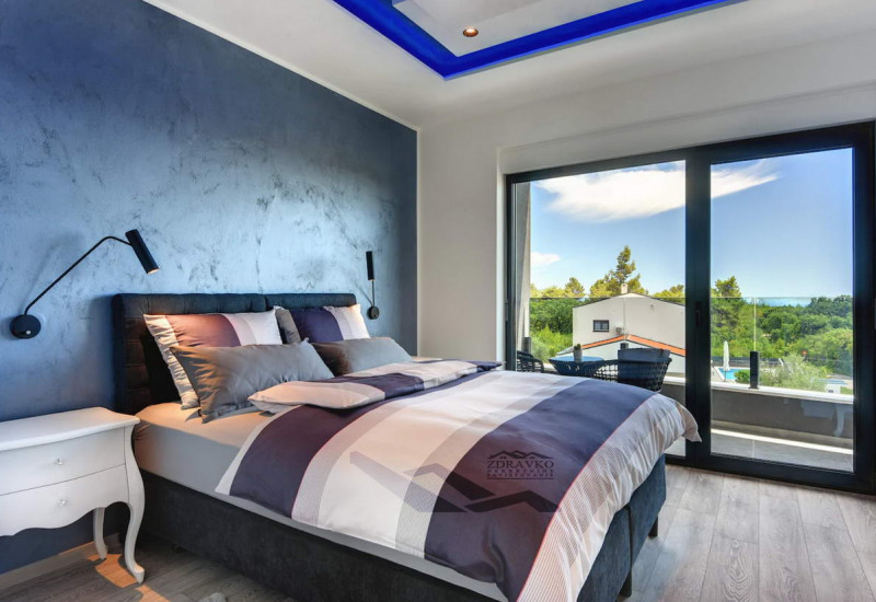 Moderno građena i opremljena villa s pogledom na more.