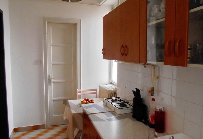 Stan 61 m2, garaža 20 m2, spremište 20 m2, vrt 100 m2, Pula, blizina centra.